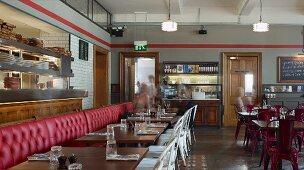 Speiseraum im Erdgeschoss im Restaurant Jamies Italian Cheltenham, England