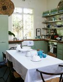 Küchenecke mit Fenster und Esstisch