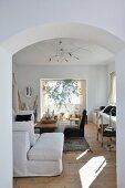 Gemütlicher Wohnraum in Naturfarben mit vielfältigen Sitzmöglichkeiten und dekorativer Gestaltung im nordafrikanischen Stil