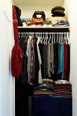 Walk-in wardrobe in niche