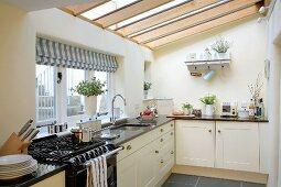 Helle Einbauküche im Landhausstil mit Glasdach