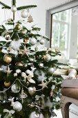 Üppig geschmückter Weihnachtsbaum im Wohnzimmer