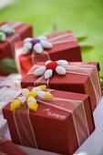Bomboniere mit gehäkelter Blüte für die Hochzeitsgäste