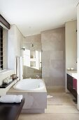 Modernes Badezimmer mit Badewanne und Duschbereich