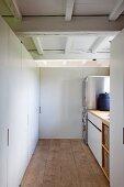 Übersichtlicher Hauswirtschaftsraum mit modernen Edelstahlgeräten und praktischem Einbauschrank