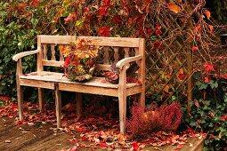 Holzbank auf Terrasse mit Herbststimmung