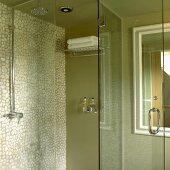 Duschkabine in Grün mit Mosaikfliesenwand und Glastür
