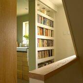 Bücherregal zwischen Badezimmer und Treppenaufgang