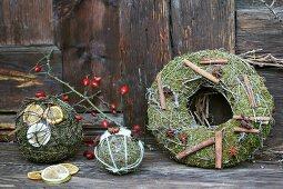 Adventlich selbstgebastelte duftende Kugeln und Kranz aus Moos, Drahtseil und Deko-Verzierung