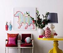 Farbig lackierte Holzkonsolen zur Präsentation von Lieblingsstücken, kombiniert mit einem Gemälde und antiken, farbig gestalteten Möbelstücken