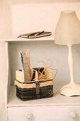 Selbstgenähtes Utensilienkörbchen aus Jeansstoff neben Tischlampe mit Glasschirm auf Kommode