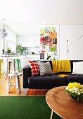esstisch mit lampenklassiker und bunten bugholzklassiker auf gl nzendem parkett im hintergrund. Black Bedroom Furniture Sets. Home Design Ideas