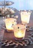 Selbstgebastelte Windlichter mit Japanpapier beklebt und mit Perlen verziert