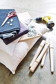 Materialien zur Herstellung eines originellen Hockers mit Sitzkissen