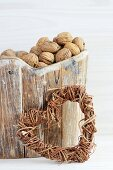 Walnüsse im Holzkorb und ein Herz aus Weidenzweigen