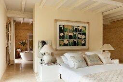 Elegantes französisches Bett an Rückwand zu offenem Bad Ensuite