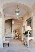 Schmale Eingangshalle eines eleganten provenzalischen Landhauses mit gewendeltem Treppenaufgang