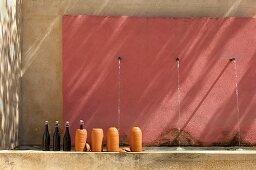 Flaschenkühler aus Ton am Brunnen (Kunstgalerie Eric Linard, Frankreich)