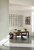 Ausstellungsraum für moderne Kunst mit Tisch und Stühlen (Kunstgalerie Eric Linard, Frankreich)