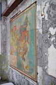 Antike Landkarte an abblätternder Wand