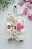 Linen napkins & cutlery decorated with ribbons & sweet peas