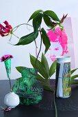 Florale Tischdeko mit aus Zeitungspapier ausgeschnittener Vasenform
