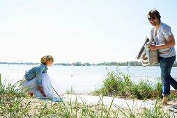 Paar bereitet ein Strandpicknick vor