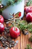 Apfel mit nostalgischen Wegweiser als Vogelfutter