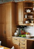 Fitted kitchen with country-house-style, solid wood cabinets