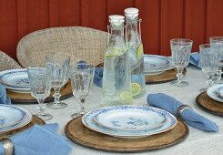 Weiß-blau gedeckter Tisch auf der Veranda
