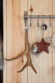 Wandhakenleiste aus Edelstahl mit aufgehängtem Flaschenöffner, Griff aus Geweih und Küchenutensilien