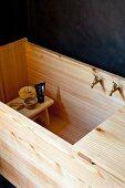 Schemel mit Waschutensilien in trogartiger Badewanne aus Holz