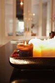 Brennende Kerzen auf Tablett
