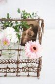 Nostalgischer Drahtkorb dekoriert mit Blumenvasen & Erinnerungsfoto