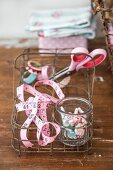 Nostalgischer Flaschenträger aus Draht zur Aufbewahrung von Nähutensilien