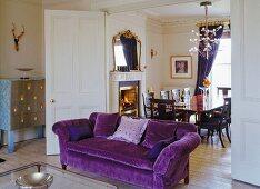 Violettfarbenes Georgian Chesterfield Sofa und italienischer Designerschrank mit Silberauflage; Faltschiebetür zum eleganten Esszimmer