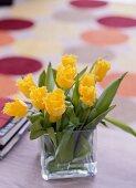 Gelbe Tulpen mit gefranstem Blütenrand in quadratischer Glasvase