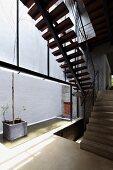 Untersicht eines Treppenaufgangs mit Holzstufen auf Stahlträger