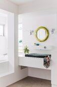 Designerbad mit eingebautem Waschtisch in Nische, an Wand runder, Spiegel mit Goldrahmen