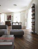 Designersessel auf rustikalem Dielenboden in renoviertem Ambiente
