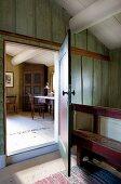Vorraum mit offener Tür und Blick in Wohnraum auf Arbeitsplatz