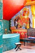 Orientalisch gestaltetes Bad mit Elefantenkarawanen Motiv, türkise Ornamentfliesen auf Badewannenfront und Wand