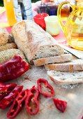 Weissbrot und rote Paprika auf Tisch