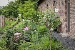 Angelegter Garten vor Ziegelhaus