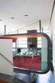 Futuristische Innenarchitektur mit Homeoffice-Bereich in Luxuswohnung