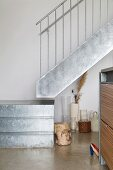 Ausschnitt eines Treppenpodestes und Treppe aus verzinktem Blech mit Geländer aus Edelstahl