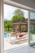 Tisch-Bank-Kombination auf Terrasse vor dem Pool