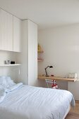 Weißes Jugendzimmer mit maßgefertigten Einbaumöbeln, Bett und Schreibtischplatte