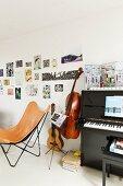 Butterfly Sessel mit hellbraunem Lederbezug neben Musikinstrumenten