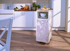 Praktischer Rollcontainer für die Küche mit Tapete beklebt